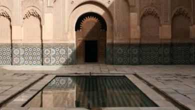Shalat Di Masjid Dengan Kuburan Dibelakangnya