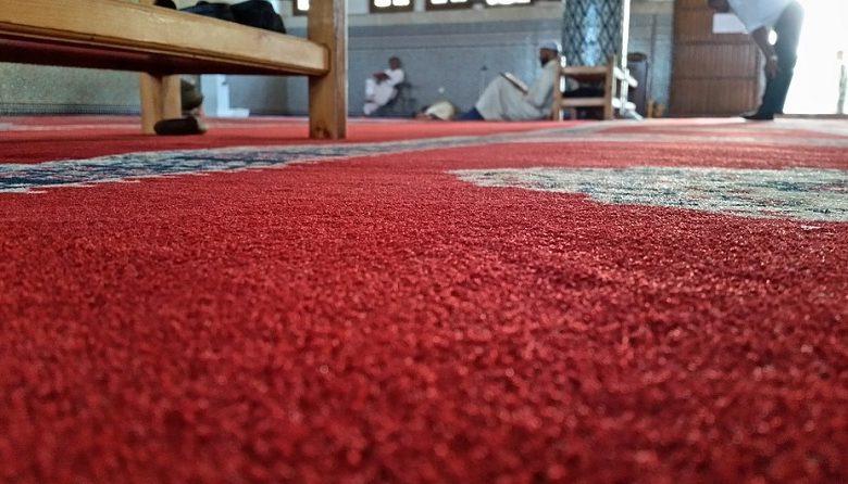 Photo of Kotoran Cicak di Atas Karpet Masjid, Sahkah Shalat di Atasnya?